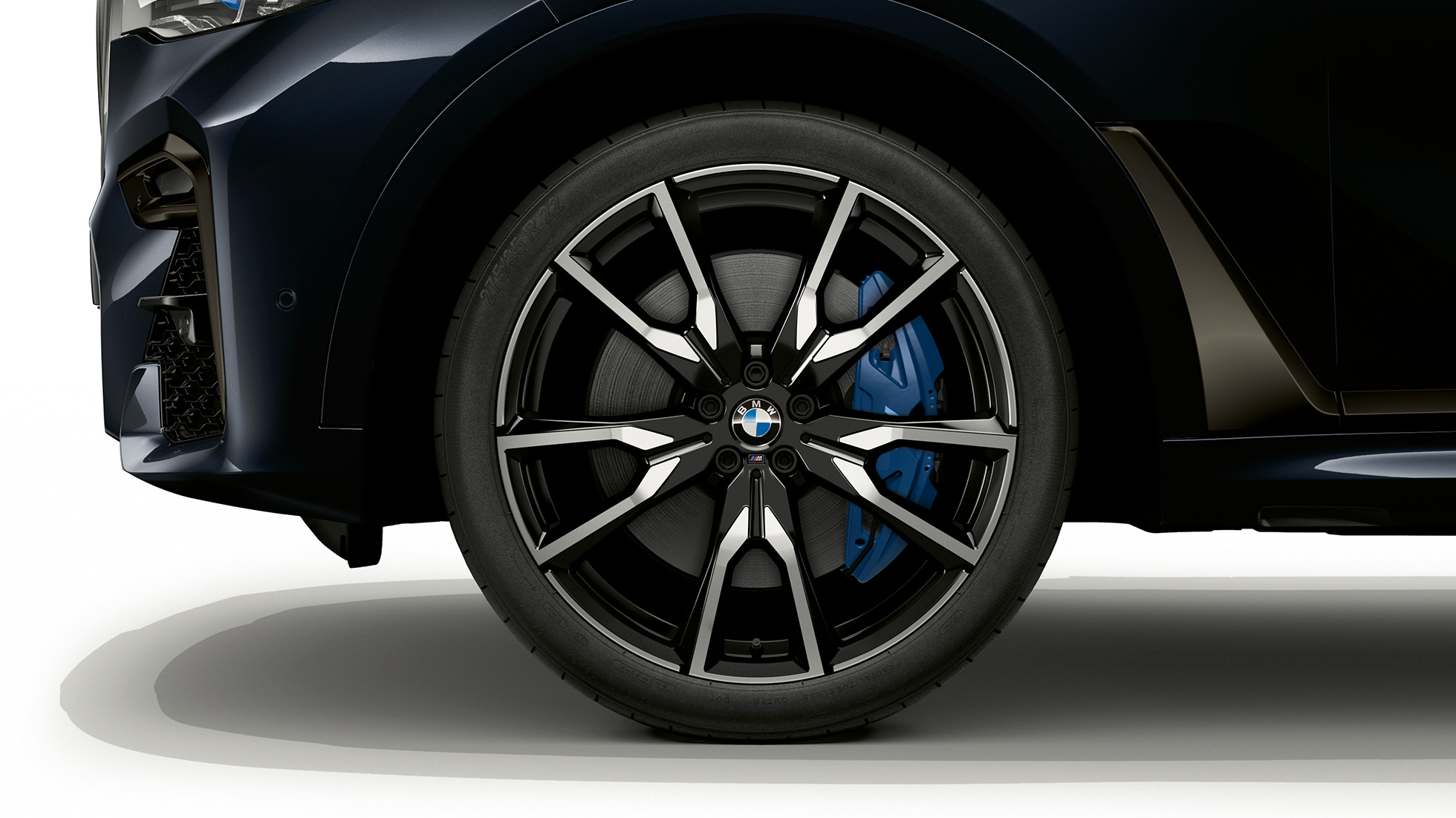 Close-up of the light alloy wheel of the BMW X7 with BMW Individual X7 xDrive40i features